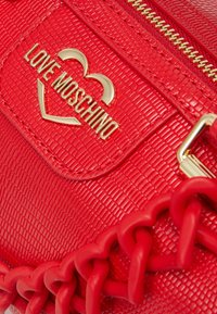 Love Moschino - TOP HANDLE CROC BAGUETTE CROSSBODY WITH TONAL CHAIN - Handbag - rosso - 6