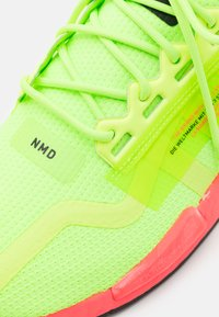 adidas Originals - NMD_R1.V2 BOOST UNISEX - Sneakers basse - signal green/signal pink - 5