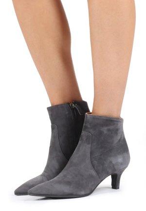 Classic heels - asfalto