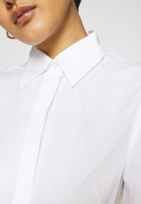 IVY & OAK - BLOUSE WITH BIG SLEEVE - Button-down blouse - bright white - 4