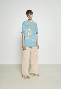 BDG Urban Outfitters - BREATHE IN BREATHE OUT SKATE - Maglietta a manica lunga - blue - 1
