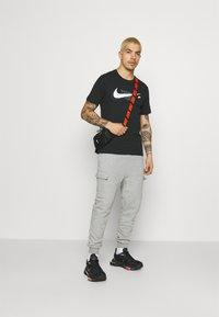 Nike Sportswear - COURT TEE - T-shirt print - black - 1
