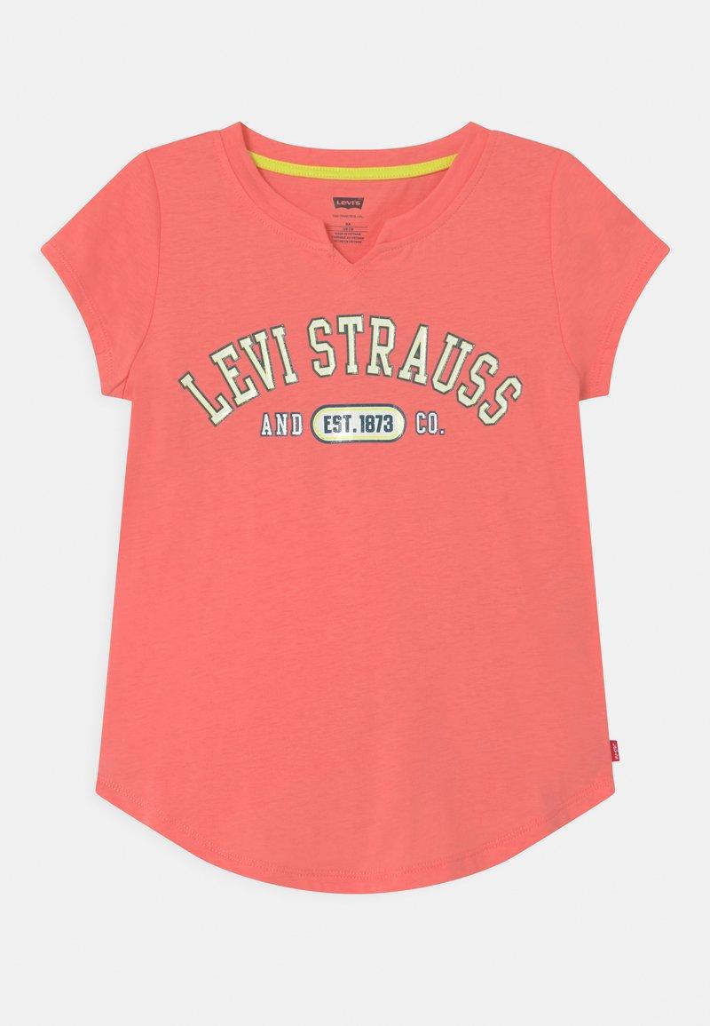 Levi's® - NOTCHED UNISEX - Print T-shirt - pink