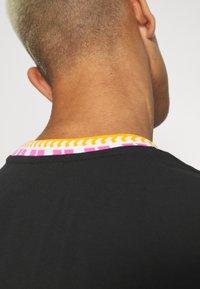 adidas Originals - DETAIL UNISEX - Camiseta básica - black - 4