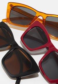 Urban Classics - SUNGLASSES TILOS 3 PACK UNISEX - Occhiali da sole - dark red/black/orange - 5