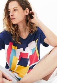 Lacoste - TEE - T-shirt imprimé - bleu marine - 4