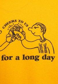Vintage Supply - CHEERS TO KEBAB - Print T-shirt - yellow - 5
