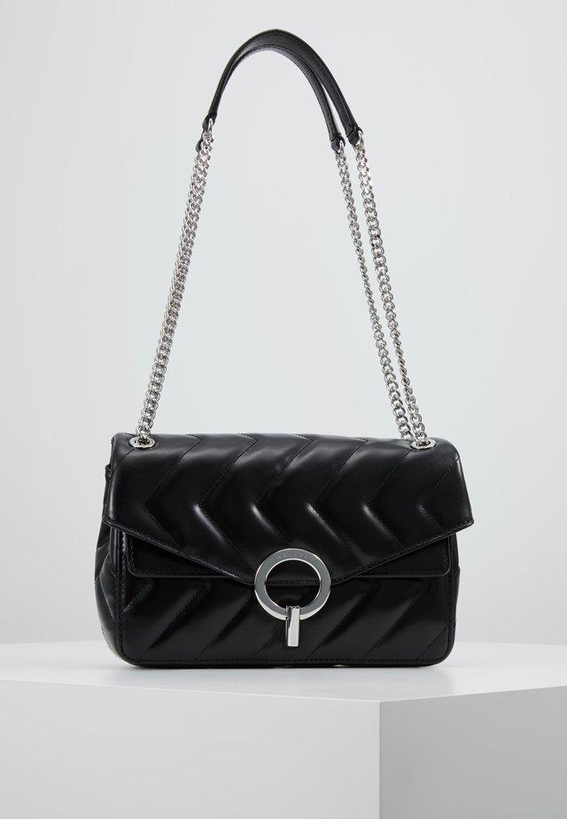 QUILTED CHAIN SHOULDER BAG - Handtas - black