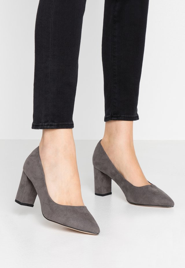 WIDE FIT DAKOTA CLOSED COURT - Classic heels - grey