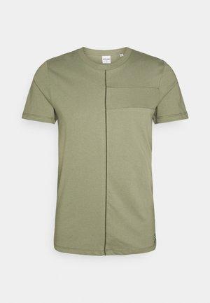 JCOJUNGLE TEE CREWNECK - T-shirt con stampa - deep lichen green
