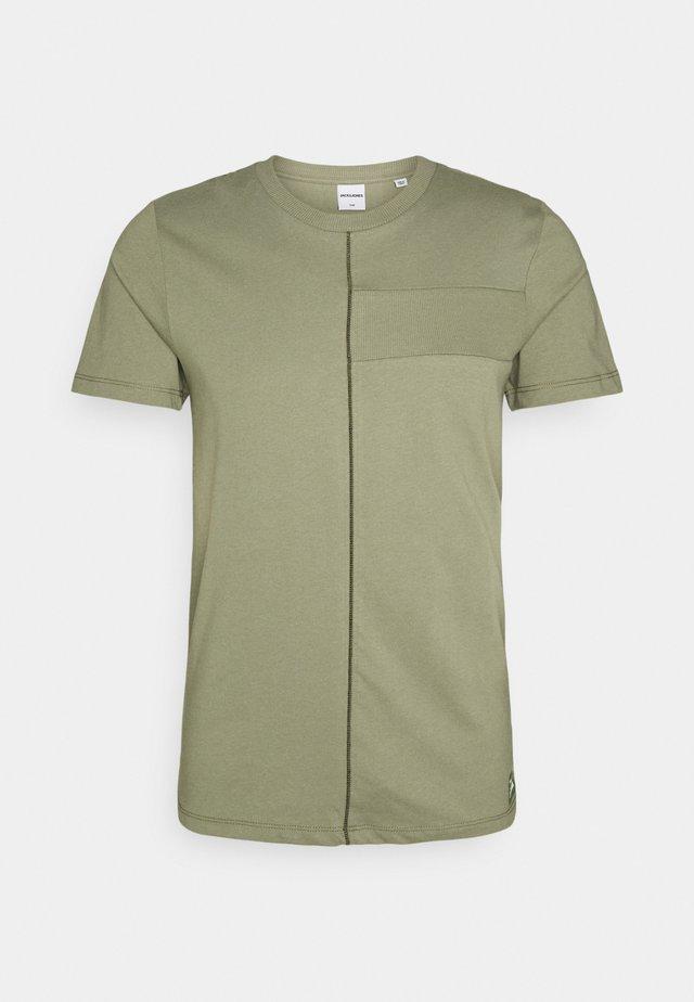 JCOJUNGLE TEE CREWNECK - T-shirt print - deep lichen green
