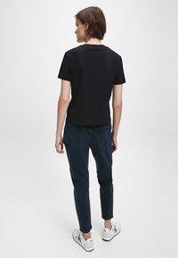 Calvin Klein Jeans - T-shirt z nadrukiem - ck black - 2