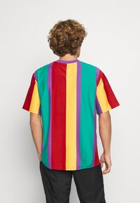Karl Kani - SIGNATURE STRIPE TEE UNISEX - Print T-shirt - purple - 2