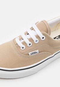Vans - ERA UNISEX - Tenisky - incense/true white - 5