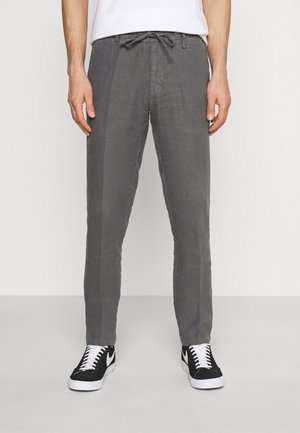 TAPERED FIT PATCHED - Pantaloni - gray