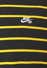 Nike SB - STRIP TEE UNISEX - Print T-shirt - black/university gold - 2