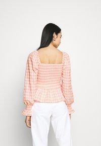 Missguided - CHECK SHIRRED DETAIL PEPLUM - Camiseta de manga larga - pink - 2