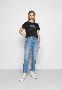Tommy Jeans - REGULAR METALLIC BOX TEE - Printtipaita - black - 1