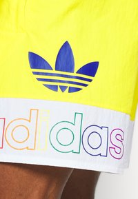 adidas Originals - FREESTYLE  - Shorts - yellow/white - 5
