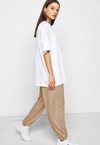 Fashion Union Petite - BERGAMOT PANT - Trainingsbroek - unbleached - 3