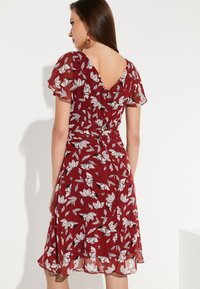 comma - MIT SOMMERLICHEM ALLOVERPRINT - Day dress - brick - 2