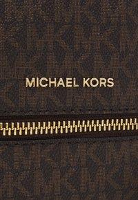 MICHAEL Michael Kors - RHEA ZIP XS BACKPACK - Plecak - brown/black - 6