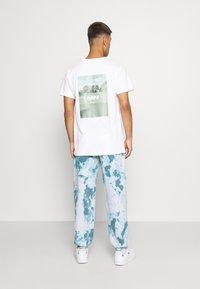 Mennace - CLUB TENNIS COURT UNISEX - Print T-shirt - white - 2