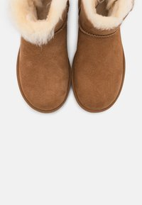 UGG - MINI BAILEY BUTTON BLING - Classic ankle boots - chestnut/gold - 5