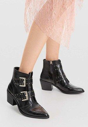 MIT PRÄGUNG UND SCHNALLEN  - Cowboy/biker ankle boot - black