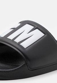 MSGM - LOGO POOL SLIDE - Mules - black - 5