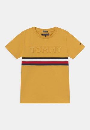 EMBOSSED TEE  - T-shirt z nadrukiem - midway yellow