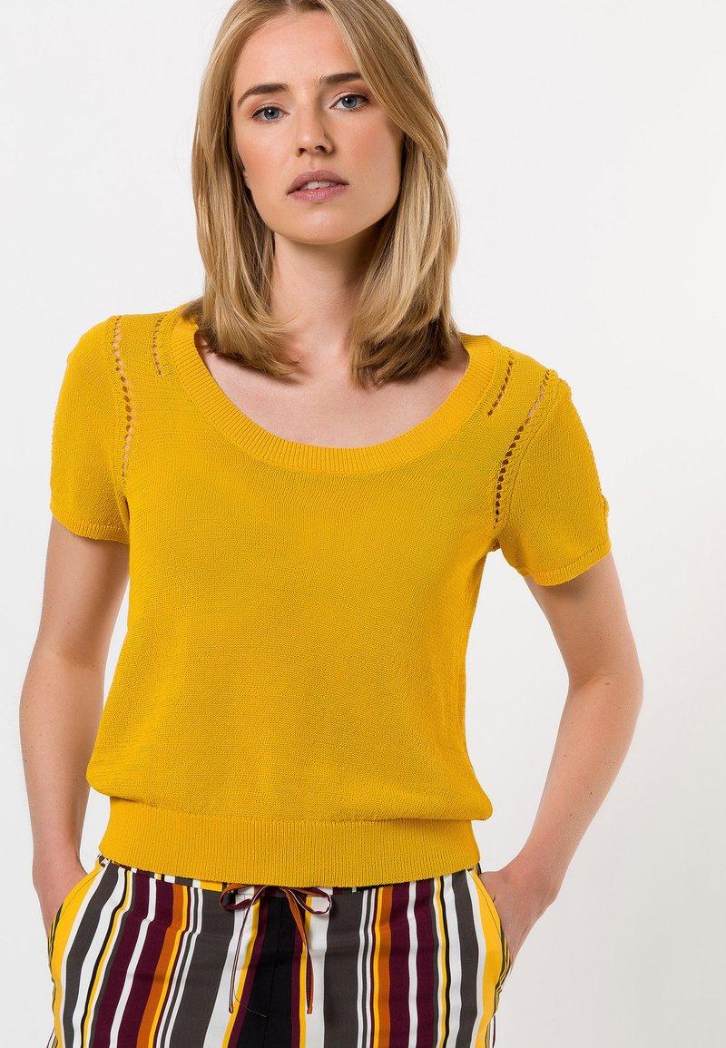 zero - MIT RUNDAUSSCHNITT - Print T-shirt - yellow curry