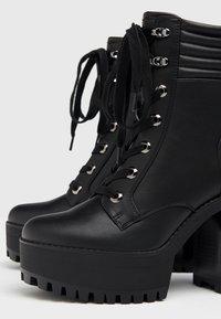 Bershka - MIT ABSATZ UND STEPPMUSTER  - Kotníková obuv na vysokém podpatku - black - 5