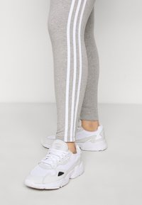 adidas Originals - STRIPES TIGHT - Leggings - Trousers - grey/white - 2