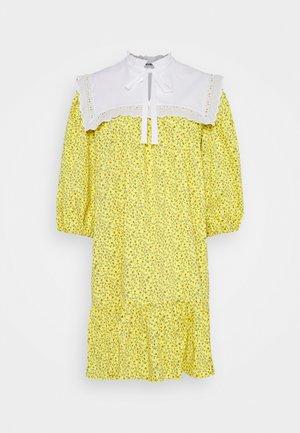 DRESS - Korte jurk - stampa fondo giallo