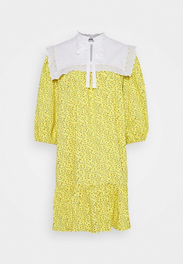 DRESS - Sukienka letnia - stampa fondo giallo