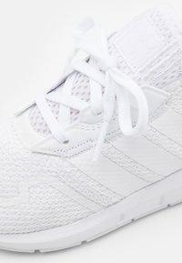 adidas Originals - SWIFT RUN UNISEX - Trainers - footwear white - 5
