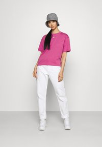 Nike Sportswear - T-shirts med print - active fuchsia/white - 1