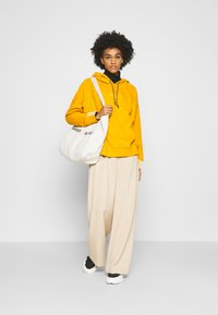 adidas Originals - SPORTS INSPIRED LOOSE HOODED  - Mikina skapucí - legacy gold - 1