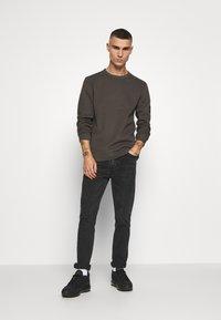 Calvin Klein Jeans - MONOGRAM BADGE TEE - Long sleeved top - aluminium grey - 1