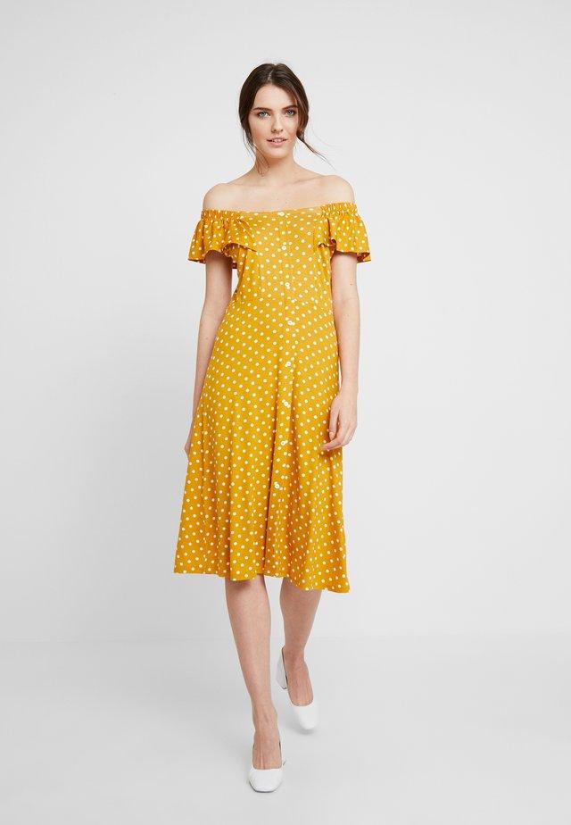 SPOT BARDOT DRESS - Žerzejové šaty - ochre