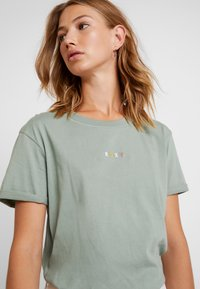 Roxy - SURFINGRHYMA TEES - Print T-shirt - green - 4