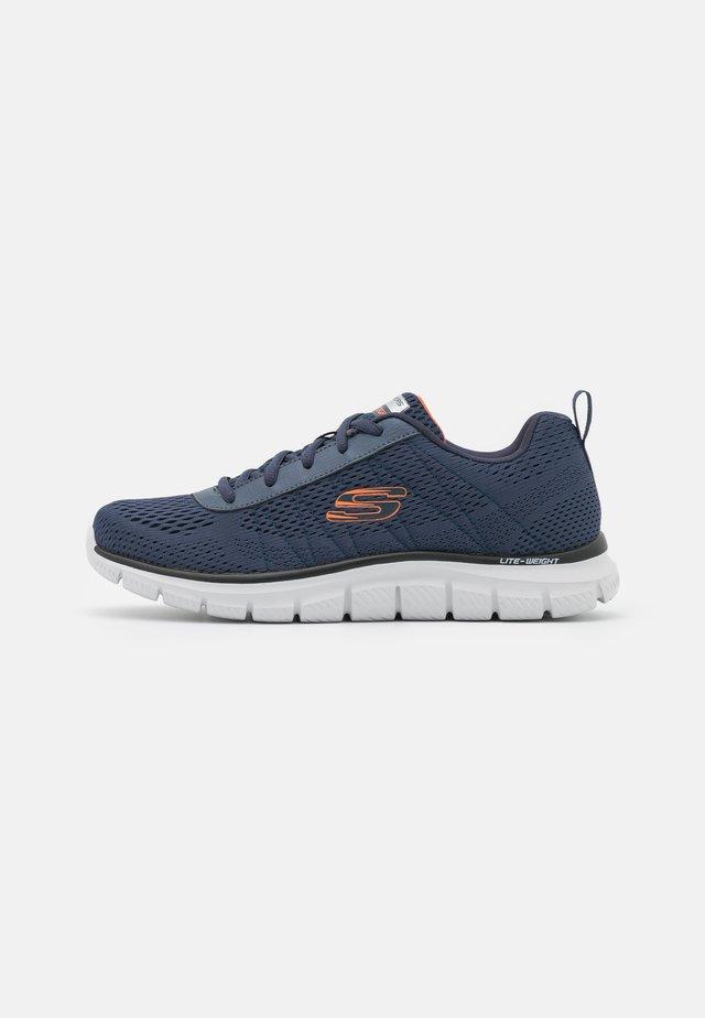 TRACK - Sneakersy niskie - navy/orange
