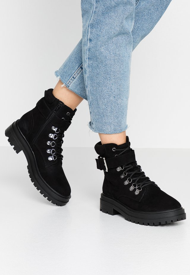 BRIGHT BUCKLE DETAIL HIKER - Platform ankle boots - black