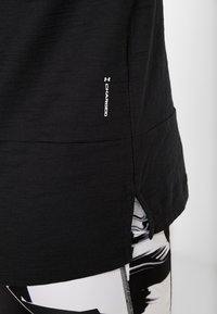 Under Armour - CHARGED  - Print T-shirt - black/white - 4