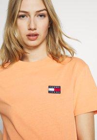 Tommy Jeans - BADGE TEE - Basic T-shirt - melon orange - 4