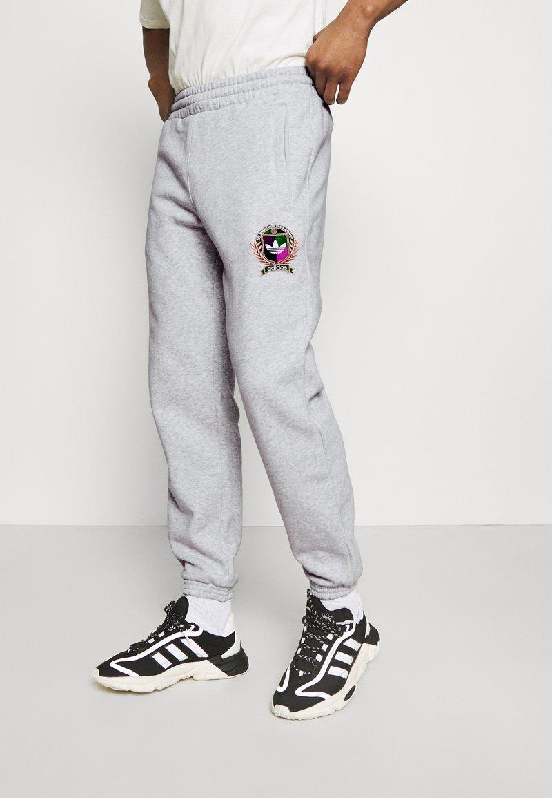 adidas Originals - COLLEGIATE CREST UNISEX - Träningsbyxor - light grey