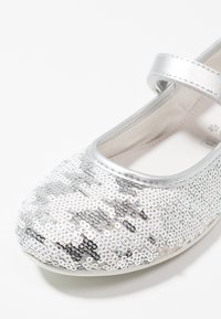 Primigi - Ankle strap ballet pumps - argento/bianco - 2