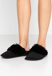 Crocs - CLASSIC LUXE SLIPPER  - Slippers - black - 0