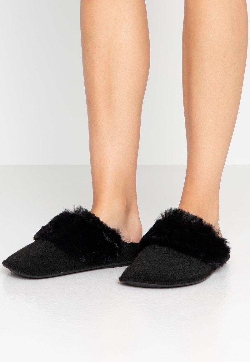Crocs - CLASSIC LUXE SLIPPER  - Slippers - black